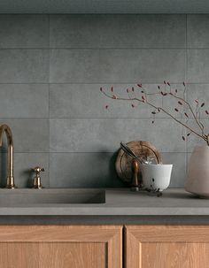Simple, neutral and with an appealing material quality: these are the defining features that have been shaped into Glocal, the new smooth concrete collection in Mirage porcelain stoneware. Kitchen Room Design, Modern Kitchen Design, Home Decor Kitchen, Interior Design Kitchen, Home Kitchens, Kitchen Dining, Kitchen Grey, Estilo California, Küchen Design
