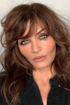 A lesson in sultry, swooshy fringes from Helena Christensen Blonde Hair With Highlights, Brown Blonde Hair, Color Highlights, Fringe Hairstyles, Hairstyles With Bangs, Oval Face Hairstyles, Hair Color Dark, Brown Hair Colors, Medium Brunette Hair