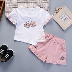 Baby / Toddler Irregular Lovely Cherry Applique Ruffled Tee and Solid Shorts Set - Best Dress Ideas T Shirt And Shorts, T Shirt Diy, Kids Shorts, Baby Girl Fashion, Kids Fashion, Short Fille, Dresses Kids Girl, Girls, Matching Family Outfits