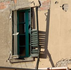 https://flic.kr/p/GkLkTv | Finestra sbilenca.Crooked window ( suburbia) | Old crooked window. Working class tenement in decay. Detail. Quartiere S.Viola. Periferia. Suburbs. Bologna 2016