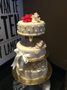 Eenvoudig wit met de betekenisvolle rode rozen.  Alle bruidstaarten op maat gemaakt.
