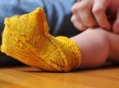These are the cutest darn knitted baby booties!! ♥