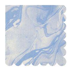 Des serviettes en papier motif marbre bleu pastel. De la vaisselle jetable stylée et délicate qui fera son effet sur un buffet mariage, une sweet table d'anniversaire, une babyshower, EVJF... En vente sur le site Jolie Nouba