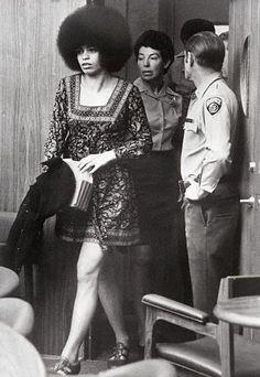 Derechos civiles y feminismo. Angela Davis (1944). En 1967 Davis se unió al Comité Coordinador No violento Estudiantil (SNCC) y se acercó al Partido de las Panteras Negras, aunque nunca se afilió formalmente. Al año siguiente se incorporó al Partido Comunista Estadounidense. https://es.wikipedia.org/wiki/Angela_Davis https://www.youtube.com/watch?v=6JRHu5eYQJQ https://www.youtube.com/watch?v=v8M8f9x435I https://www.youtube.com/watch?v=Yp9StQhWGdc