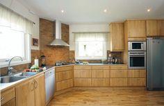 cuisine moderne bois chêne avec des armoires de rangement et hotte aspirante
