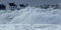 """Grandes marées : des paquets de mer """"énormes"""" - La houle a causé d'importants dégâts matériels sur la façade... - Le Nouvel Observateur Water Images, Stormy Sea, Sea World, Photos, Pictures, Brittany, Seaside, Surfing, Strength"""