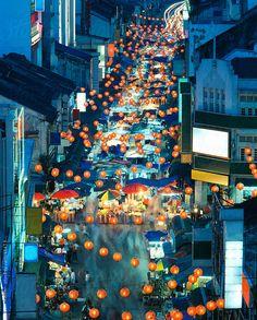 The night markets in Malaysia can make your midnight strolls feel like a culinary journey. Singapore Malaysia, Malaysia Travel, Thailand Travel, Asia Travel, Singapore Trip, Phuket, Kuala Lumpur Travel, Kuala Lampur, Bali