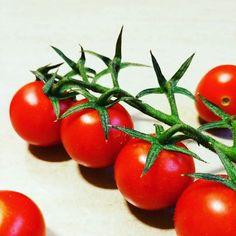 Estrelas improváveis 🍅 #tomate #salada #comidasaudável #dinner #healthyfood #greenstars #redfood #tomateemrama #estrela #estrelasverdes #outubro2016 #legume #tomato #redtomatoes #cozinhasaudável #legumesfrescos #peoplescreative #p3top #oh_mag #igers #igerslx #igersportugal