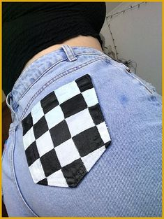 Black and white blocks, light blue denim shorts. The classic checkered pattern. Black and white blocks, light blue denim shorts. The classic checkered pattern. Painted Jeans, Painted Clothes, Diy Clothes Paint, Painted Shorts, Diy Jeans, Diy Fashion, Ideias Fashion, Fashion Outfits, Classy Fashion