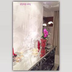 Para abrir a primavera, uma foto da orquídea linda na sala de jantar que projetamos! Aqui mostramos em detalhe a parede revestida por cimentício em auto relevo, buffet de espelhos, iluminação focada e as flores para complementar a ambientação.  #saladejantar #dinnertime #dinningroom #jantar #cimenticio #vidro #orquidea #murano #arquitetura #arquiteturadeinteriores #decor #homedecor #design #instaarq #primavera