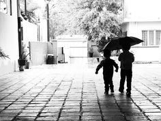 Empieza a llover y emociona a mis hijos en su curiosidad quieren ir a saltar a los charcos estar cerca de donde caen las gotas.  Y así Max y Gus acompañándose y protegiéndose uno al otro caminan juntos bajo un mismo escudo.  Espero que así sea siempre que todos los días se acompañen que sean compañeros que el amor a la familia sea lo principal.  Porque así somos los hermanos no importan las peleas por los juguetes el lugar del asiento en el auto o por quién abraza primero a mamá siempre nos…