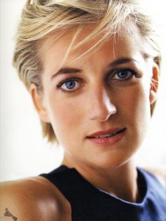 Simplicity in portraits works for everyone. I can't believe I just wrote that while looking at a portrait of Diana, Princess of Wales. Photo by Mario Testino Mario Testino, Sharon Stone, Lady Diana Spencer, Princesa Diana, Make Up Gesicht, Tilda Swinton, Princess Of Wales, Real Princess, Queen Of Hearts