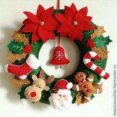 Guirlanda de Natal em feltro by elinor Felt Christmas Decorations, Xmas Wreaths, Felt Christmas Ornaments, Christmas Projects, Felt Crafts, Holiday Crafts, Diy And Crafts, Christmas Sewing, Christmas Makes