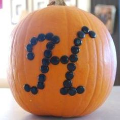 Black thumb tacks and a pumpkin. I have so many pumpkin ideas for Halloween. Guess my house will be covered in pumkins. Theme Halloween, Holidays Halloween, Halloween Pumpkins, Halloween Crafts, Happy Halloween, Halloween Decorations, Halloween Ideas, Holiday Decorations, Halloween Templates