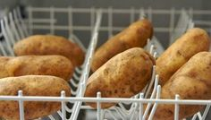 12 Weird But Brilliant Thanksgiving Dinner Hacks - Clean your potatoes in the dishwasher for Thanksgiving dinner preparation. Place unwashed potatoes in the top rack of your dishwasher and set it to the rinse-only cycle. Dry with paper towels when done. Hosting Thanksgiving, Happy Thanksgiving, Kitchen Hacks, Food Hacks, Food Tips, Cooking Tips, Food And Drink, Easy Meals, Favorite Recipes