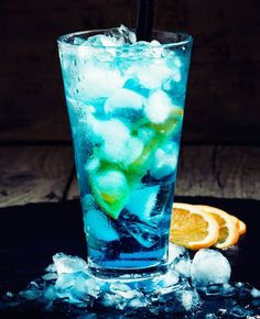 Blue lagoon – recept Blue lagoon – recept – Cocktails and Pretty Drinks Refreshing Drinks, Summer Drinks, Cocktail Drinks, Blue Cocktails, Curacao Drink, Blue Curacao, Extra Recipe, Luxury Bar, Pumpkin Smoothie