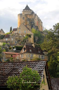 The Château de Castelnaud is a medieval fortress in the commune of Castelnaud-la-Chapelle, overlooking the Dordogne River in Périgord, southern France. It was erected to face its rival, the Château de Beynac. www.pinkcarryon.com
