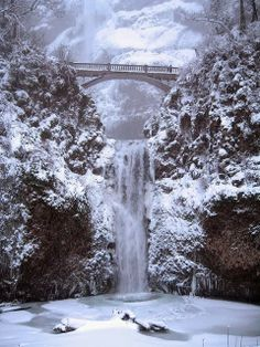 Multnomah Falls in the Columbia Gorge in Oregon - was here in the summer, would like to see it in the winter Multnomah Falls Oregon, Oregon Falls, Winter Szenen, Winter Blue, Winter Hiking, Photos Voyages, Snow Scenes, All Nature, Belle Photo