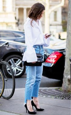 jeans, camisa com manga sino, scarpin preto, bolsa a tiracolo preta, street style