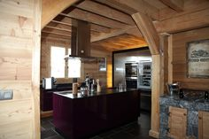 #Cuisine moderne violet et bois avec îlot. Très joli mur d'armoires en inox et une touche de pierre. #kitchen