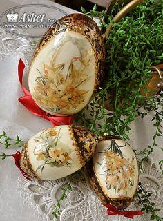 jaja w stylu faberge ze złoceniami Egg Crafts, Easter Crafts, Diy And Crafts, Easter Egg Basket, Easter Eggs, Decoupage Glass, Egg Designs, Easter Parade, Egg Art