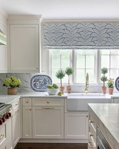 There is no question that designing a new kitchen layout for a large kitchen is much easier than for a small kitchen. A large kitchen provides a designer with adequate space to incorporate many convenient kitchen accessories such as wall ovens, raised. Decoration Inspiration, Decoration Design, Decor Ideas, Diy Ideas, Decorating Ideas, Design Inspiration, Home Decor Kitchen, New Kitchen, Kitchen Ideas