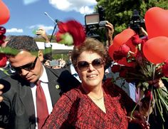 Dilma furou fila do INSS para se aposentar um dia depois do impeachment Documentos obtidos por ÉPOCA mostram que cadastro da petista foi alterado 16 vezes dentro da sede do INSS, e ex-ministro foi a agência para garantir pensão sem agendamento BRUNO BOGHOSSIAN 30/09/2016 - 20h17 - Atualizado 30/09/2016 20h47