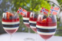 Kreativ gelé og panna cotta dessert til ----Creative of May dessert 17. Mai, Panna Cotta, Constitution Day, Norwegian Food, Norwegian Recipes, Pastry Cake, Dessert Drinks, Summer Drinks, Tasty Dishes