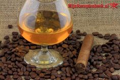 Koffie likeur recept Cocktail Drinks, Cocktails, Alcoholic Drinks, Beverages, How To Make Drinks, Food To Make, Home Recipes, Smoothies, Food And Drink