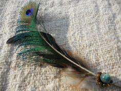 タイガーアイ&クリソコラ&孔雀羽 ピンアクセサリーTrishuL手仕事の羽ハットピン。ハットやショールのスパイスに。日本の野鳥の羽、インドやメキシコの鳥の羽、そ…