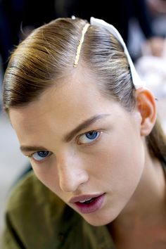 Backstage Dries Van Noten http://www.vogue.fr/beaute/tendance-des-podiums/diaporama/mine-d-or-backstage-dior-dries-van-noten-prada-make-up-mac-sephora-estee-lauder-sally-hansen-dior-sisley/15633/image/870841#backstage-dries-van-noten