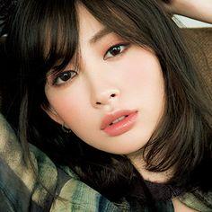 """「MAQUIA」1月号では、人気ヘア&メイクアップアーティストの千吉良恵子さんが、濃い色リップにぴったりな抜け感のある眉を提案。濃い色リップなら眉は輪郭を抜いて軽やかにChigira's voice眉を描くというより""""輪郭以外を染める""""イメージ「深いバーガンデ..."""