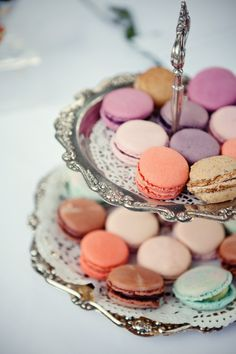 These are macarons. not to be confused with macaroons. My marketing teacher foretold the popularity of these in the US. Desserts Français, French Macaroons, Pastel Macaroons, Macaroons Wedding, Cupcakes, High Tea, Let Them Eat Cake, Afternoon Tea, The Best