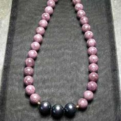 Lepidolite & l0mm black Tahitian variety Pearl necklace  yellow gold