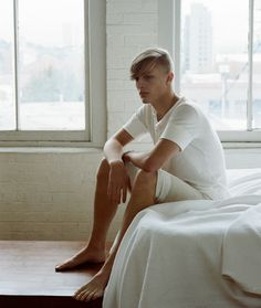 Napping Henley + Napping Shorts // Ouur by Kinfolk Mode Masculine, Japanese Minimalism, Hot Asian Men, Attractive Guys, Kinfolk, Simple Style, Barefoot, Gentleman, Spring Summer