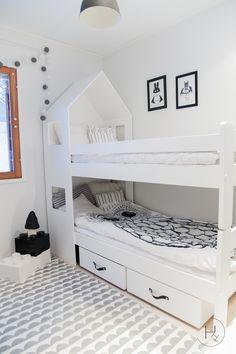 Kerroin aikaisemmin jatkaneeni poikien huoneen sängyprojektia vielä askeleen eteenpäin ja nyt on aika kertoa mitä kivaa sinne vielä keksi...