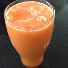 Suco Detox de hoje: 150ml de água de coco, 1/2 mamão papaya, uma laranja, 1/4 de cenoura e 3 pedras de gelo.