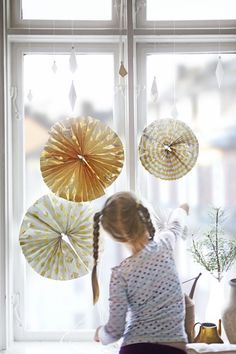 Paper decorations Fold a sheet of wrapping paper into pleats. Hold your folded strip in the centre and glue or staple the ends together to form a circle. Then, thread string through the centre, tie and hang. Ikea Christmas, Cottage Christmas, Christmas Holidays, Christmas Ideas, Paper Decorations, Christmas Decorations, Christmas Craft Projects, Hello Weekend, Christmas Inspiration