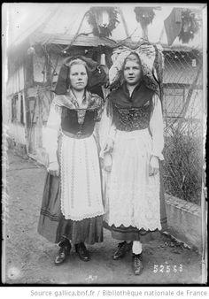 [En Alsace reconquise, les femmes en costume traditionnel] : [photographie de presse] / [Agence Rol] --1918