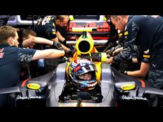 GP Silverstone Max Verstappen and his mechanics before a training session. Van Mercedes, Red Bull Racing, Formula One, Grand Prix, Outdoor Power Equipment, Tweed, Ferrari, Cool Pictures, Honda