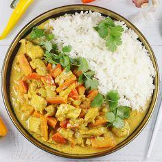 Najlepszy pod słońcem kurczak curry. To mój ulubiony i sprawdzony przepis. Kurczak w sosie curry z dodatkiem warzyw wychodzi przepyszny. To bardzo prosty i szybki obiad. Curry z kurczaka można podać z ryżem. Calzone, Thai Red Curry, Food And Drink, Chicken, Dinner, Ethnic Recipes, Impreza, Anna, Change