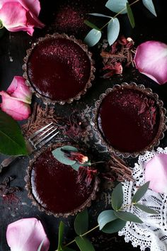 Wholesome grain-free vegan decadent chocolate tarts with hibiscus raspberry jelly. Chocolate Tarts, Decadent Chocolate, Chocolate Recipes, Raspberry Syrup, Raspberry Food, Mini Tart, Cacao Beans, Savory Tart, Tart Recipes