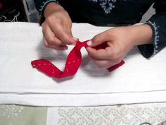 Flor de junta Passo a Passo - HOW TO MAKE ROLLED RIBBON ROSES- fabric flowers - YouTube