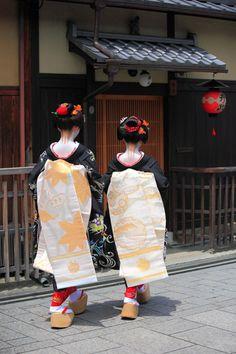 Hassaku|八朔 祇園 舞妓 Japanese Geisha, Japanese Art, Traditional Fashion, Traditional Outfits, Obi Belt, Turning Japanese, Amnesia, We Are The World, Nihon