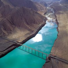 Photo shows the Qinghai-Tibet Railway crossing the Xueshui River formed by water melt from glaciers and snow on the Qilian Mountain.
