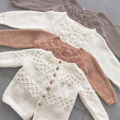 Amazing Knitting provides a directory of free knitting patterns, tips, and tricks for knitters. Baby Cardigan Knitting Pattern, Knitted Baby Cardigan, Knitted Baby Clothes, Baby Knitting Patterns, Baby Patterns, Diy Crafts Knitting, Knitting For Kids, Free Knitting, Lorie