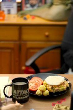 Desayuno  -Hamburguesa de salmón  -Crujientes de cus cus y queso  -tomate  -Café con leche      Hamburguesa de salmón  -400gr de lomo de salmón cortado en trocitos pequeños  -1/2 cucharada de piel de limón rayado  -1 cucharada de zumo de limón  -1 huevo grande ligeramente batido  -3 puerros picado muy fino  -1 taza de pan duro rayado o troceado