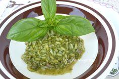 Risotto al pesto: un primo piatto veloce e vegetariano . Una ricetta estiva fresca e leggera da preparare con basilico fresco.