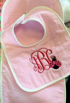 Personalized baby bib and Burp cloth made of seersucker and terry cloth backing - shown here with Vines Monogram and Ladybug. You may change the Design if you choose, please be specific. Want somethin Baby Shower Host, Baby Shower Gift Basket, Baby Baskets, Baby Shower Gifts, Baby Showers, Baby Sewing Projects, Sewing For Kids, Diy Projects, Sewing Hacks