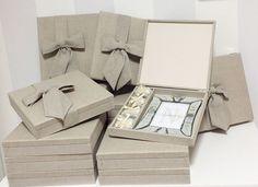 Caixas para as madrinhas (abaixo) – todas revestidas em linho e finalizadas com um laço. Dentro vai um porta-retrato espelhado e bem casados.